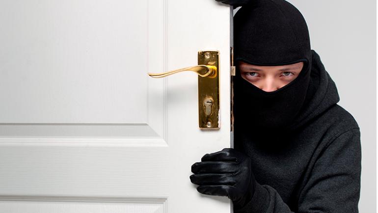 Dicas de como proteger sua casa contra roubos durante as férias de verão